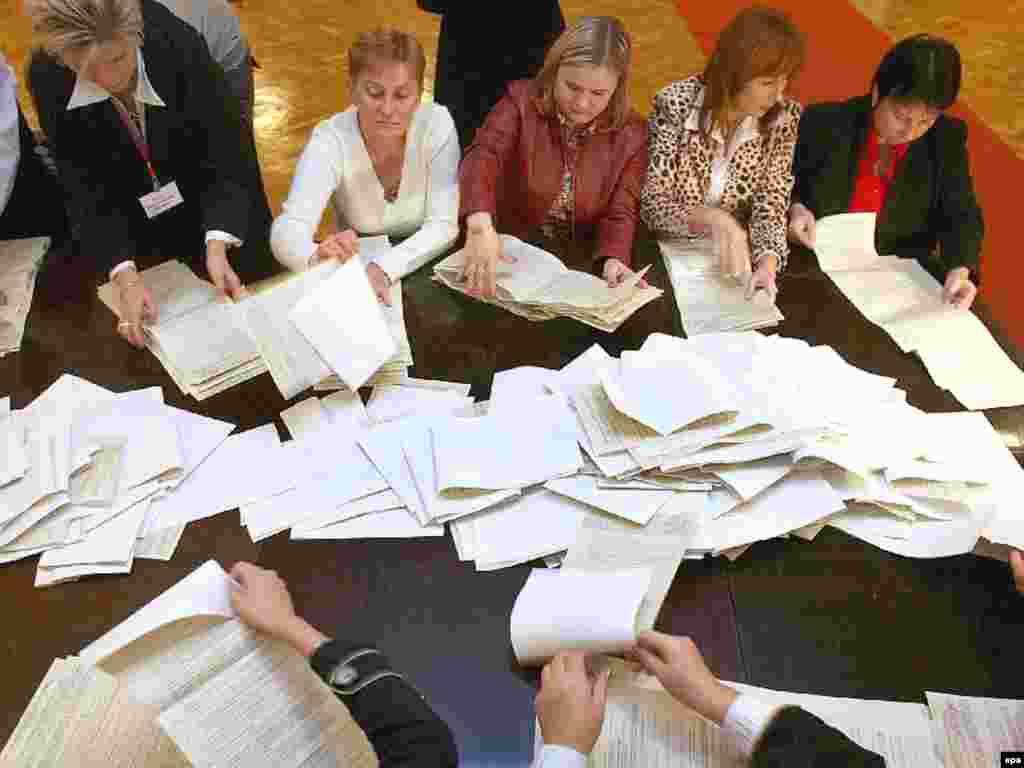 Ukraine -- Local electoral commission members sort ballots at a polling station in Kyiv, 01Oct2007 - 1 жовтня, 2007 дільнична виборча комісія в Києві рахує голоси. Блок Юлії Тимошенко та «Наша Україна – Народна самооборона» здобули досить мандатів, щоб сформувати більшість
