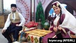 Крымские татары празднуют День Независимости Украины. Киев, 24 августа 2017 года