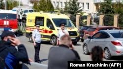 Сотрудники правоохранительных органов и скорая помощь на месте стрельбы в школе № 175 в Казани, столице республики Татарстан, 11 мая 2021 года.