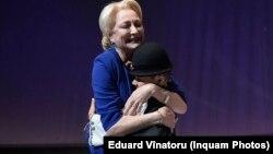 Viorica Dăncilă, îmbrățisând un copil la congresul PSD, la care a fost aleasă președintă
