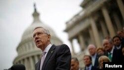 Лидер демократов в сенате США Гарри Рид перед зданием Капитолия.