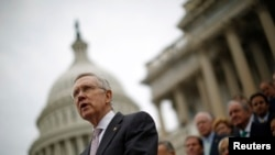 Лидер сенатского большинства Гарри Рид перед зданием Капитолия в Вашингтоне. 9 октября 2013 года.