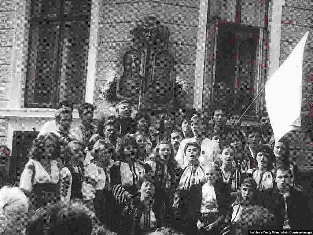 Учасники фестивалю «Червона рута» біля будинку родини композитора і співака Володимира Івасюка. Чернівці, 1989 рік
