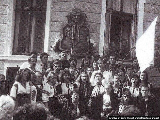 На відкритті меморіальної дошки Володимирові Івасюку на будинку, де жила родина Івасюків. Чернівці 1989 рік