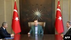 Министры обороны России и Турции Сергей Шойгу (слева) и Хулуси Акар (справа) на встрече с президентом Турции Реджепом Эрдоганом (архив)