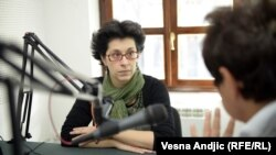 Radina Vučetić u studiju Radija Slobodna Evropa u Beogradu