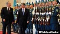 Алмазбек Атамбаев казак президенти Нурсултан Назарбаев менен, Астана, 10-май, 2012.
