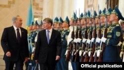 Встреча с президентом РК Нурсултаном Назарбаевым во время официального визита президента КР Алмазбека Атамбаева в Казахстан, Астана, 10 мая 2012 года.