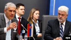 Predsednik Srbije Boris Tadić i premijer Mirko Cvetković (u pozadini ministar spoljnih poslova Vuk Jeremić), juni 2009.