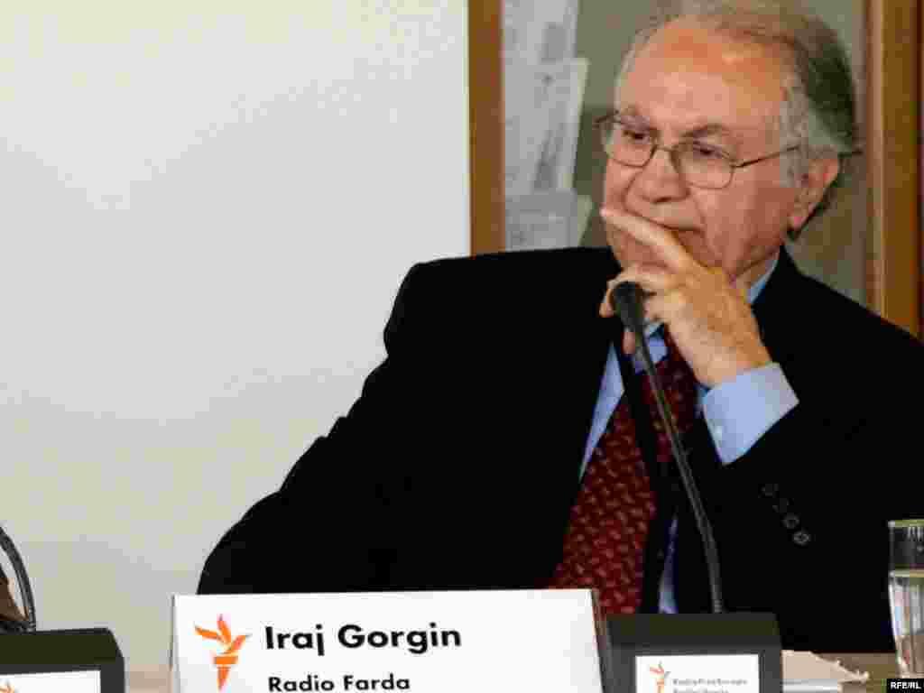 ایرج گرگین در مقر رادیو اروپای آزاد/ رادیو آزادی در پراگ -- ۱۴ اردیبهشت ۱۳۸۵