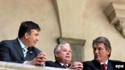 В то время, когда Михаил Саакашвили (слева) только пытается навести у себя в стране футбольный порядок, Президенты Польши и Украины Лех Качиньски (в центре) и Виктор Ющенко уже получили доверие всей Европы на проведение континентального первенства