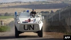 یک صلحبان سازمان ملل بر روی نفربر زرهی در بلندیهای جولان
