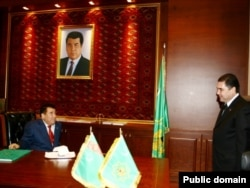 Тогдашний президент Туркменистана Сапармурат Ниязов и будущий президент Гурбангулы Бердымухамедов в Ашгабате. Фото из публичных источников.