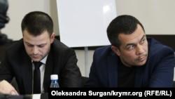 Emil Kürbedinov (sağdan) «Qırım birdemliginiñ» toplaşuvında, 2018 senesi noyabrniñ 25-i