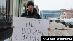 Участник антивоенного пикета в Уфе