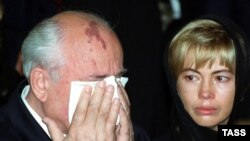 Mikhail Gorbachev and his daughter, Irina, at the funeral of Raisa Gorbacheva in 1999.