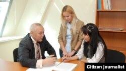 Казахстанские студентки рядом с преподавателем. Иллюстративное фото.