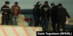 Полицейские проверяют людей на блок посту у въезда в Жанаозен. 26 декабря 2011 года.