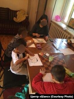 Дети на уроке рисования в адаптационном центре в Караганде.