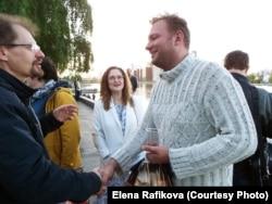 Активист Яков Цыганков (слева) после 10 суток ареста в сквере с единомышленниками