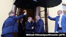 Vladimir Putin (ortada solda) və Alyaksandr Lukashenka (ortada sağda), arxiv fotosu