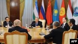 Заседание лидеров стран ШОС. Слева направо: премьер-министр Китая Ли Кэцян, президент Казахстана Нурсултан Назарбаев, премьер-министр России Дмитрий Медведев. Астана, 15 декабря 2014 года.
