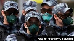 Бійці Національної гвардії Росії в Москві в захисних масках проти COVID-19