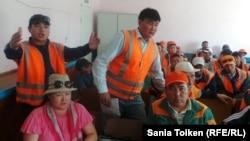 Рабочие предприятия «Мангистауская дистанция пути» на собрании с представителями компании. Шетпе, 10 сентября 2014 года.