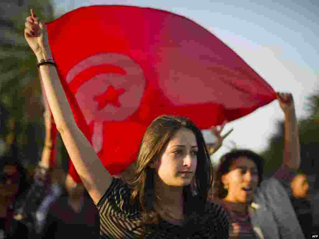 تظاهرات در برابر مؤسسه عالی مستقل انتخابات، شهر تونس، ۲۴ اکتبر ۲۰۱۱