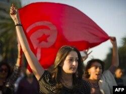 Тунистік жас қыз шеру кезінде ту ұстап тұр. Тунис, 24 қазан 2011 жыл