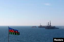 Xəzərdə neft platforması