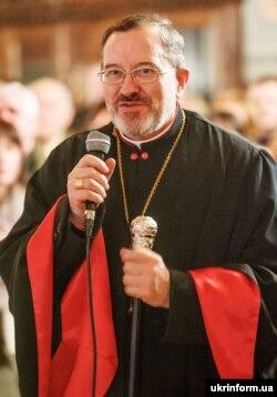 Єпископ Мукачівської греко-католицької єпархії Мілан Шашік звертається до учасників різдвяного концерту хорового співу в Хрестовоздвиженському кафедральному соборі. Ужгород, 8 січня 2014 року