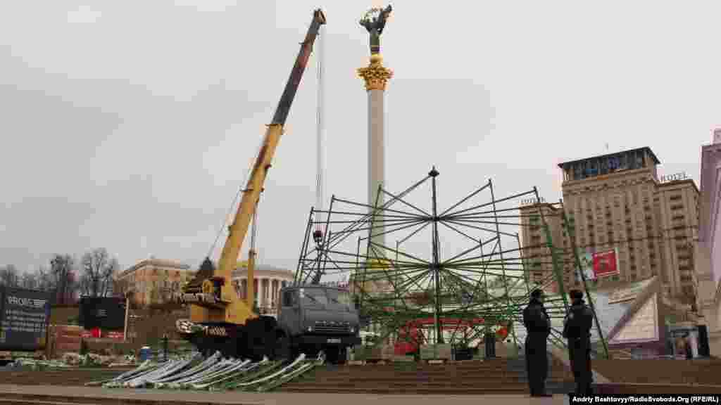 Паралельно зі збором прихильників опозиції, на Майдані збирають каркас новорічної ялинки, відкриття якої призначене на 19 грудня.