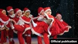 """Танец """"Дедов Морозов"""" на сцене одного из бишкекских театров накануне Нового года. Фото: декабрь 2011 года"""