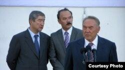 Слева направо: аким Северо-Казахстанской области Таир Мансуров, предприниматель Александр Сутягинский и президент Нурсултан Назарбаев на церемонии открытия завода в Петропавловске. Сентябрь 2006 года.