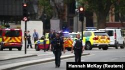 Лондондогу Вестминстер сарайынын жанындагы полиция кызматкерлери. 14-август, 2018-жыл.