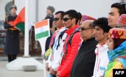 Сочи, 16 февраля 2014 года, сборная Индии, получив право выступать под флагом своей страны уже после начала Олимпиады, участвует в торжественной церемонии его поднятия в Олимпийской деревне