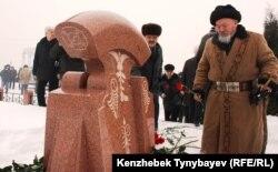 Родные, друзья и соратники возлагают цветы на могиле Алтынбека Сарсенбаева. Алматы, 11 февраля 2012 года.