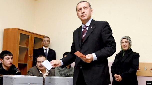 Erdoğan səs verir.
