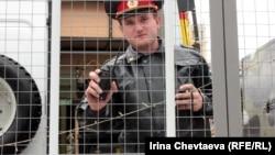Сотрудник полиции на Триумфальной площади в Москве 31 мая