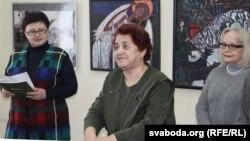 Ада Райчонак (у цэнтры), зьлева — Вольга Акуневіч, дырэктарка мастацкага музэю