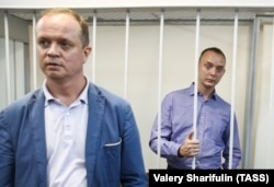 Ivan Pavlov (left) appears in a Moscow courtroom with Ivan Safronov in July 2020.