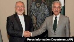 Ministri i Jashtëm iranian, Mohammad Javad Zarif (majtas) së bashku me homologun e tij pakistanez, Khawaja Muhammad Asif në Pakistan.