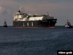 Судно – перевозчик сжиженного природного газа входит в порт Щецин