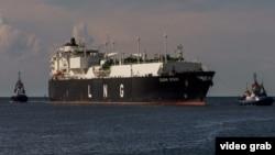 Судно – перевозчик сжиженного природного газа входит в порт Щецин.
