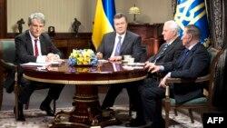 Віктор Ющенко, Віктор Янукович, Леонід Кравчук і Леонід Кучма за круглим столом