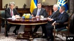 Украинаның сол кездегі президенті Виктор Янукович (солдан екінші) елдегі наразылық асқынған уақытта өзінен бұрын президент болған Леонид Кравчукты (оңнан екінші), Леонид Кучманы (оң жақ шетте) және Виктор Ющенконы (сол жақ шетте) қабылдап отыр. Киев, 10 желтоқсан 2013 жыл.