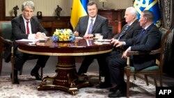 Президент Віктор Янукович (другий ліворуч) та екс-президенти Леонід Кучма (праворуч), Леонід Кравчук (другий праворуч), Віктор Ющенко (ліворуч), Київ, 10 грудня 2013 року