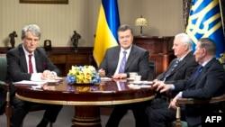 Viktor Yanukovych, Leonid Kravchuk, Leonid Kuchma və Viktor Yushchenko