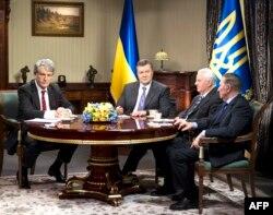 Украина президенті Виктор Янукович (сол жақтан - екінші) елдің бұрынғы үш президенті: Леонид Кравчук (оң жақтан - екінші), Леонид Кучма (оң жақта) және Виктор Ющенкомен (сол жақта) кездесіп отыр. Киев, 10 желтоқсан 2013 жыл.